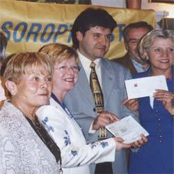 Le club Soroptimist confie 1500 € au Dr Decherchi